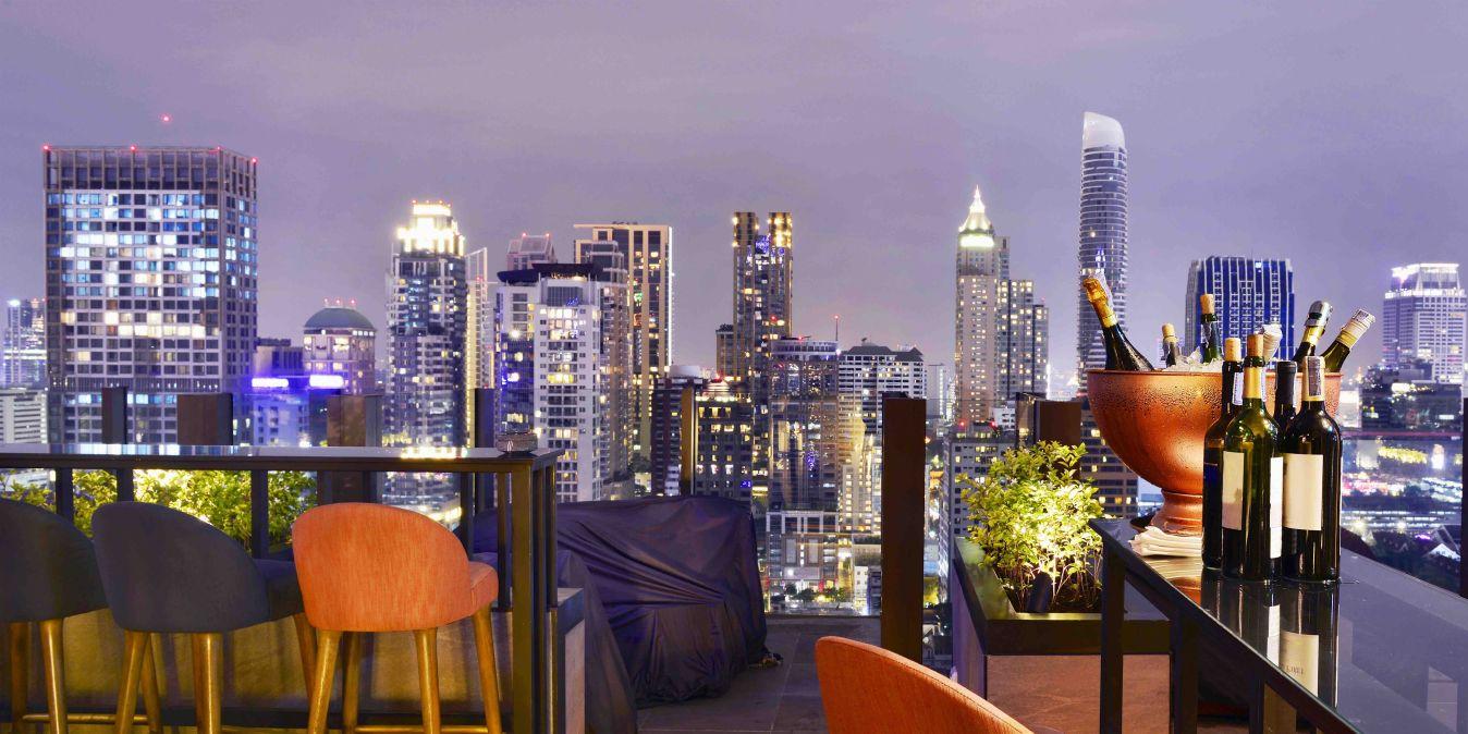 Point de vue sur la ville de Bangkok depuis un bar sur le toit, surplombant un magnifique paysage urbain.