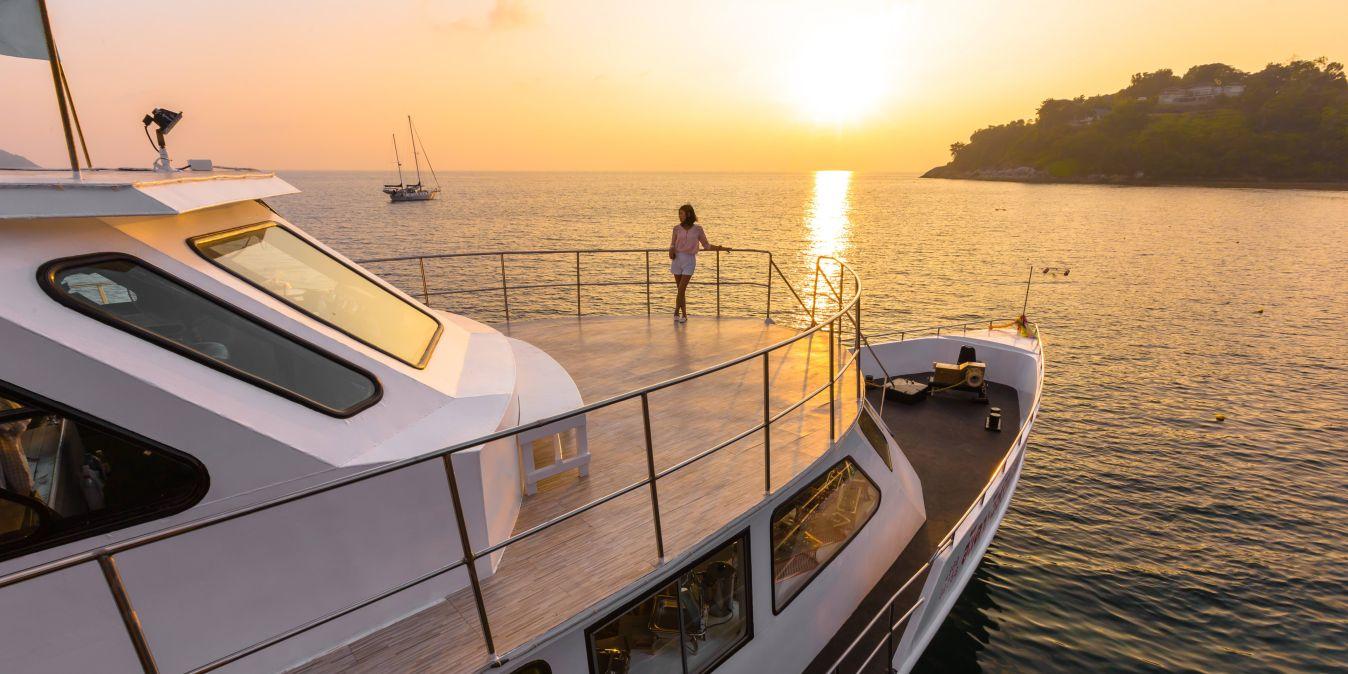 Coucher de soleil sur le golfe du Siam, vu du pont d'un yacht.