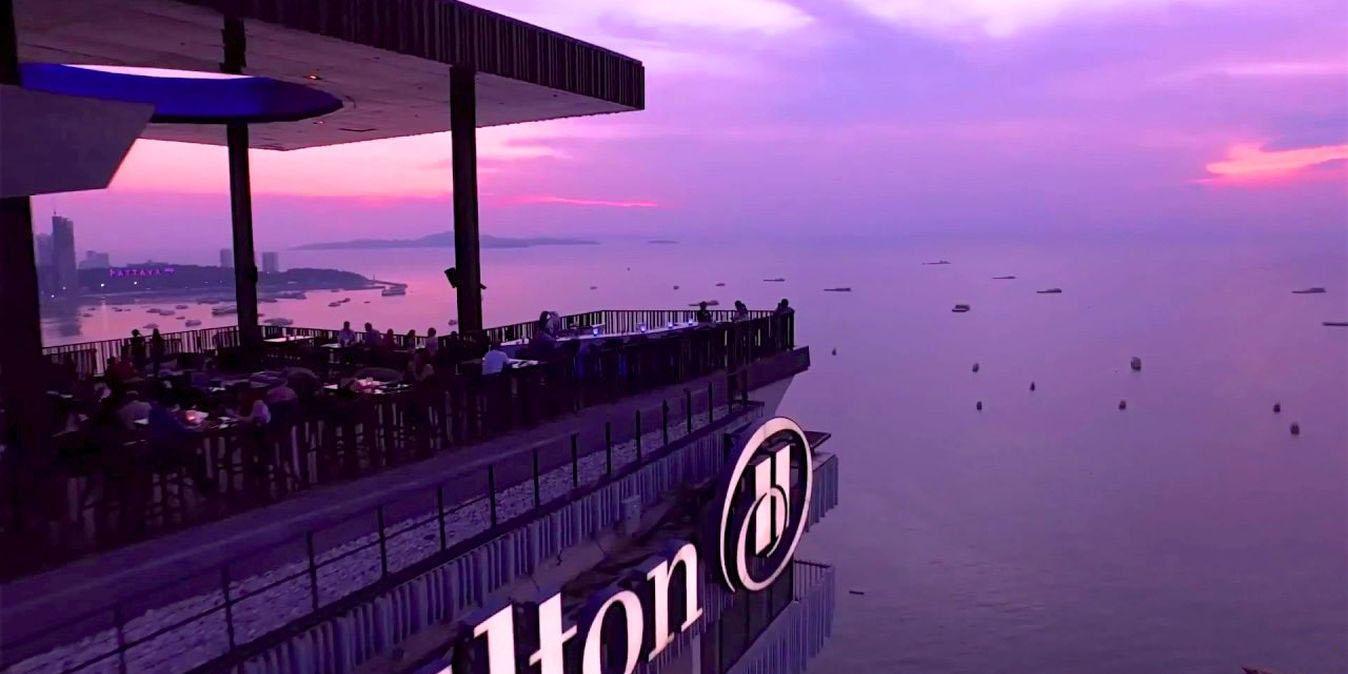 Vue sur la ville depuis le bar sur le toit du Hilton Pattaya.