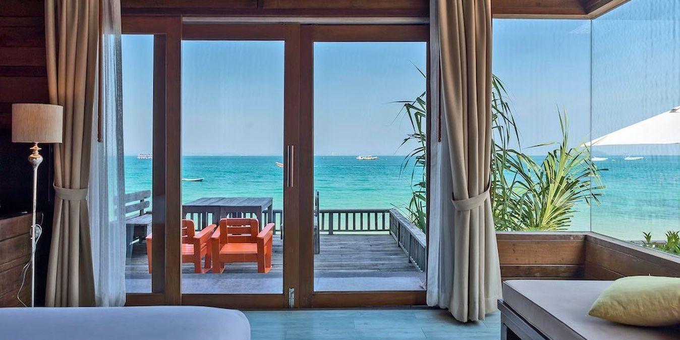 Vue sur la mer bleu turquoise depuis une chambre d'hôtel de luxe sur Koh Sameth.