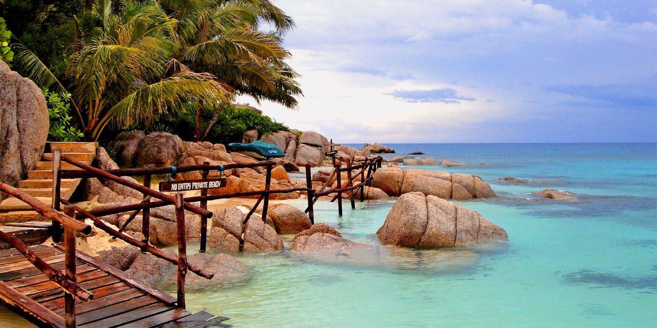 Une belle baie avec une eau turquoise et une plage privée.