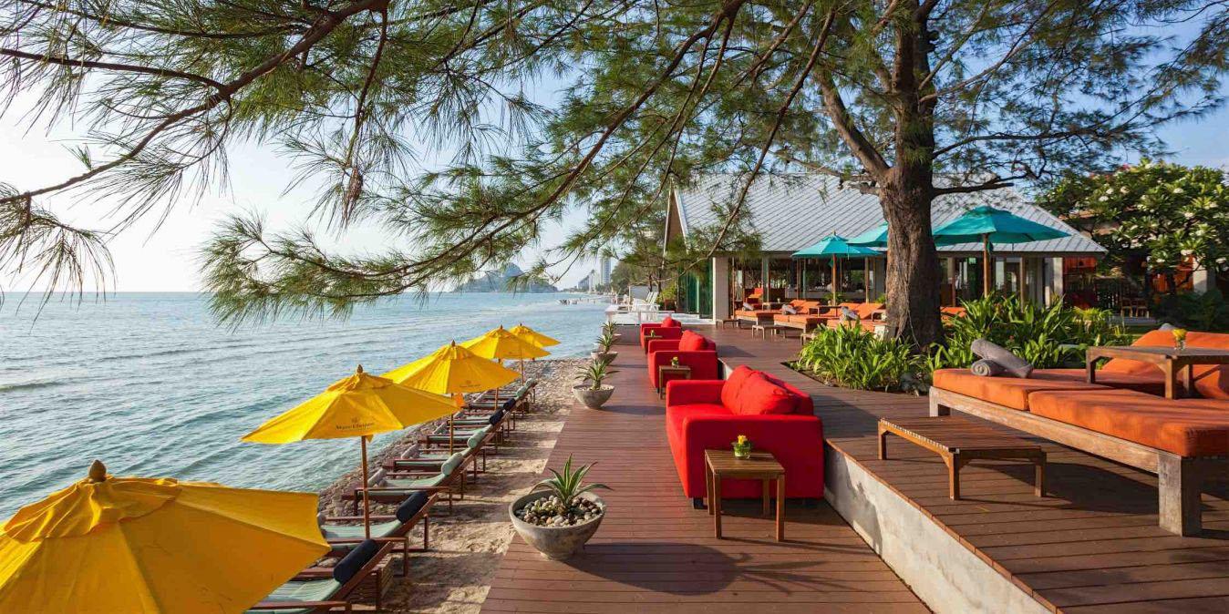 Sur la plage privée du Let's Sea Hua Hin Al Fresco Resort.