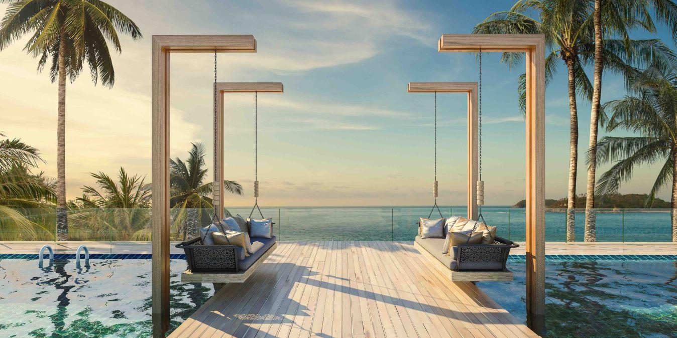 Terrasse en planches de bois à la piscine moderne, avec vue sur la mer.