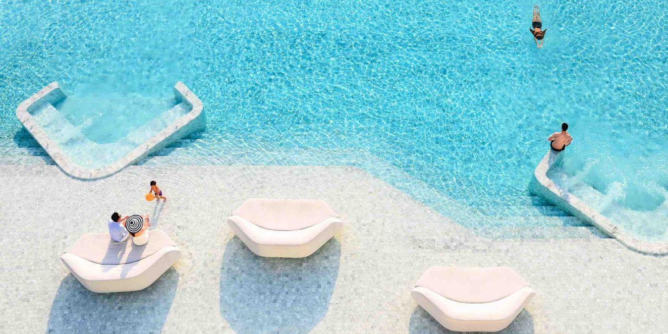 Vue d'en haut sur la fantastique piscine de l'hôtel.