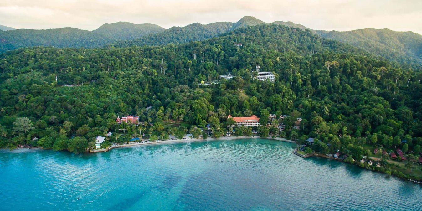Le Sea View Koh Chang Resort, plage de sable blanc et mer turquoise.
