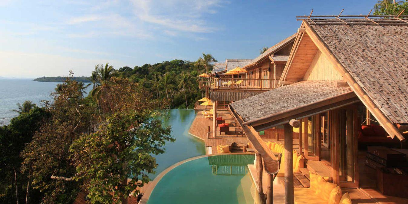 Eco bungalows de luxe avec piscine et vue mer.