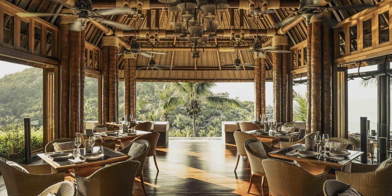 Dans le restaurant du Privilege Hotel Ezra Beach Club, avec une vue panoramique fantastique sur le paysage de l'île.