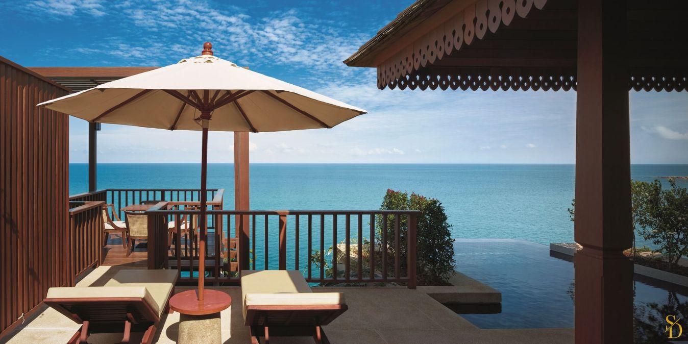 Sur une terrasse donnant sur la mer, dans une villa de luxe, au The Ritz-Carlton, Koh Samui.